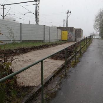 Endlich wird in Zorneding der Verbindungsweg zwischen dem Bahnhofsparkplatz und der Rampe zur Unterführung gebaut. (Foto: Peter Pernsteiner)