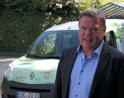 Zornedinger Bürgermeister Piet May mit Renault Kangoo Z.E. der Gemeinde Zorneding (Foto: Pernsteiner)