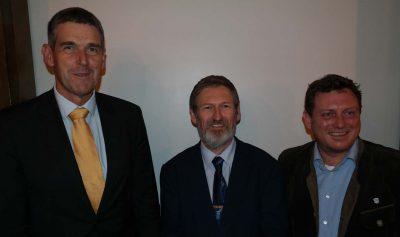 Von rechts nach links: Alexander Müller (Kreisvorsitzender der FDP Ebersberg), Peter Pernsteiner (frisch gewählter Bundestagskandidat und FDP-Gemeinderat in Zorneding) und Jimmy Schulz (Vorsitzender der FDP-Oberbayern)