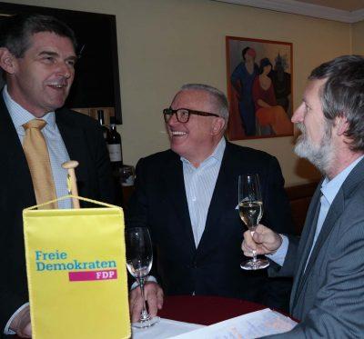 Zu Beginn des Neujahrsempfangs der Landkreis-FDP nutzten der FDP-Kreisvorsitzende Alexander Müller (links), Thomas Sattelberger (mitte) und der Zornedinger FDP-Ortsvorsitzende Peter Pernsteiner (rechts) die Gelegenheit für einen intensiven Gedankenaustausch. (Foto: Rob Harrison)