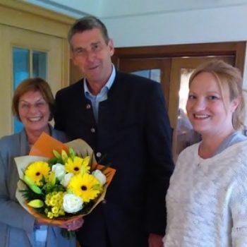 Alexander Müller gratuliert Renate Will, rechts Dr. Susanne Markmiller (Eglharting)