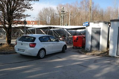 Bereits im Herbst 2015 hat die Bahn versprochen, dass die beiden Müllcontainer von der engsten Stelle des Bahnhofsparkplatzes von Zorneding bald woanders hin verlegt werden ... doch passiert ist selbst 1-1/2 Jahre später nichts und so müssen sich täglich weit mehr als 100 Autofahrer durch diesen Engpass quälen. (Foto: Peter Pernsteiner)