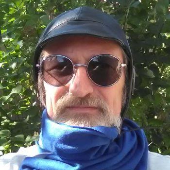 Lederkappe, Schal und Sonnenbrille sind bei vielen Cabriolet-Fahrern sehr beliebt, wenn es nicht wirklich heiß ist, aber eine Reformierung der StVO könnte schon bald genau diese nützlichen Utensilien beim Autofahren verbieten! (Foto: Peter Pernsteiner)