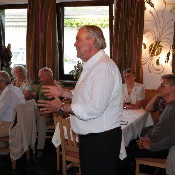 Albert Duin mit Zuhörern