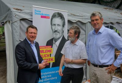 Bundestagskandidaten Jimmy Schulz und Peter Pernsteiner mit Kreisvorsitzendem Alexander Müller (v.l.)